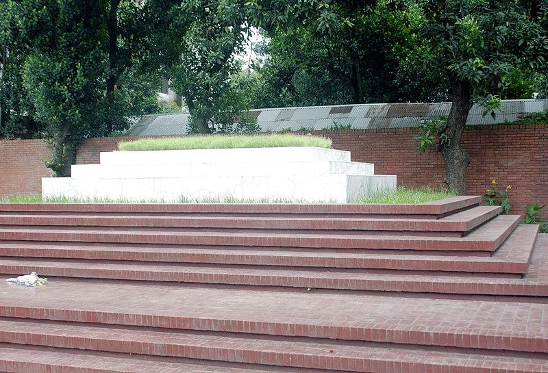 800px Side view of Mausoleum of Kazi Nazrul Islam